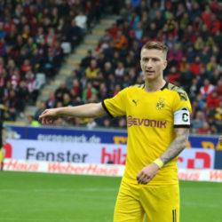 Marco Reus und Julian Brandt (r., hinten) von Borussia Dortmund sprechen sich für ein Nationalmannschafts-Comeback von Mats Hummels aus.