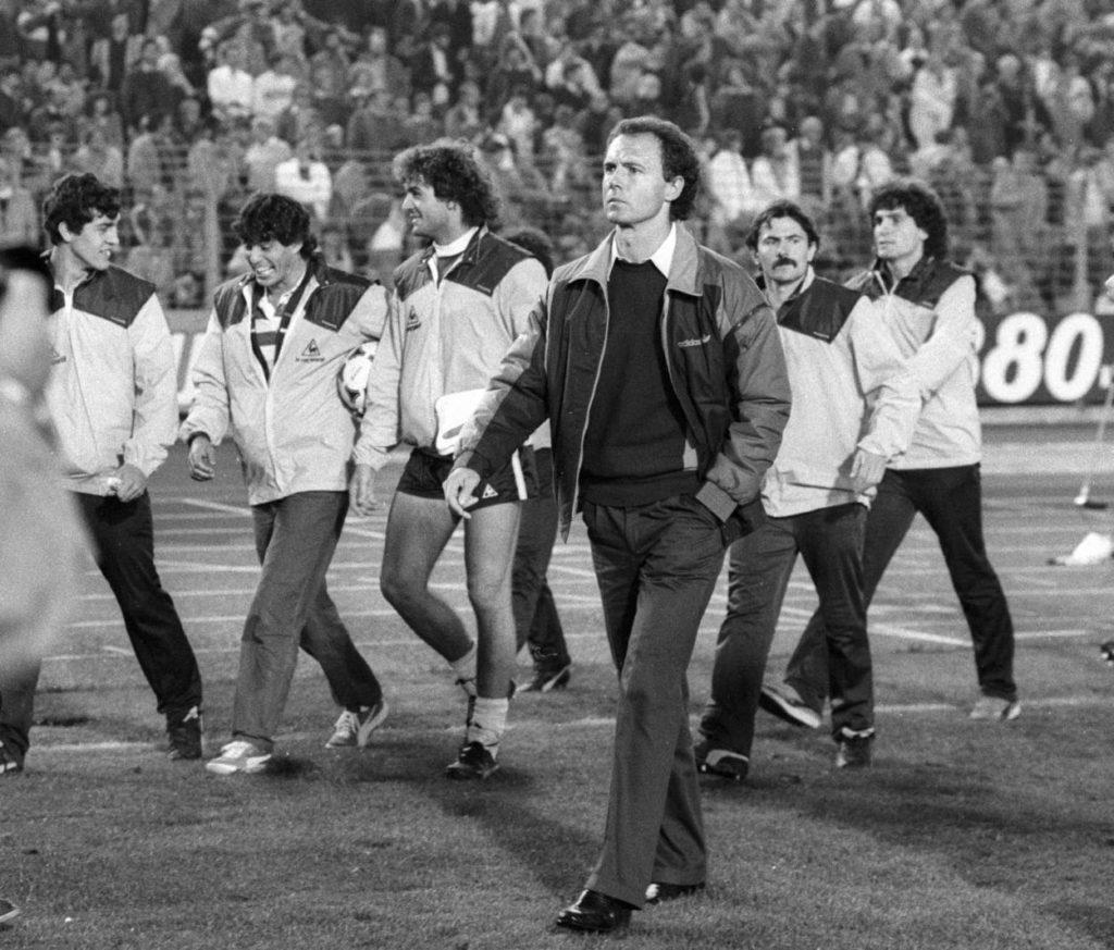 """Ja, er ist es wirklich! Franz Beckenbauer vor seinem ersten Länderspiel als ,,Teamchef"""" der deutschen Fußball-Nationalmannschaft am 12. September 1984 in Düsseldorf gegen Argentinien. Da staunten die Gauchos nicht schlecht!"""