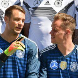 Was sich Manuel Neuer (l.) und Marc-André ter Stegen bei diesem Foto-Shooting der deutschen Fußball-Nationalmannschaft im Juni 2018 in Südtirol wohl zu sagen haben?