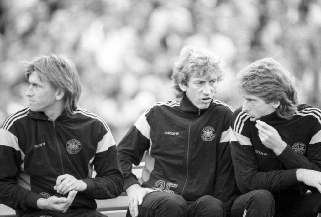 Ditmar Jakobs (m.) und Klaus Augenthaler (l.) versuchten, Uli Stein (r., hier 1985) im Nationalteam nach Kräften zu helfen...