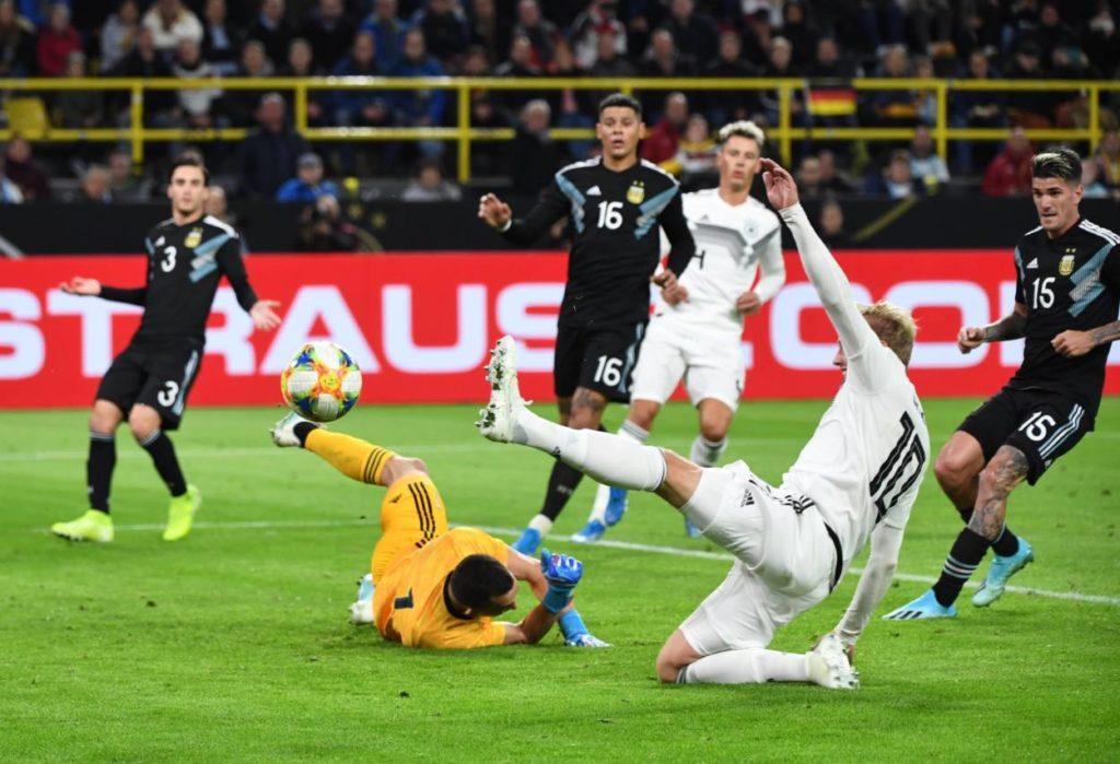Wie beim BVB: Julian Brandt von Borussia Dortmund fliegt am Ball und am möglichen Treffer für Deutschland gegen Argentinien (2:2) vorbei...