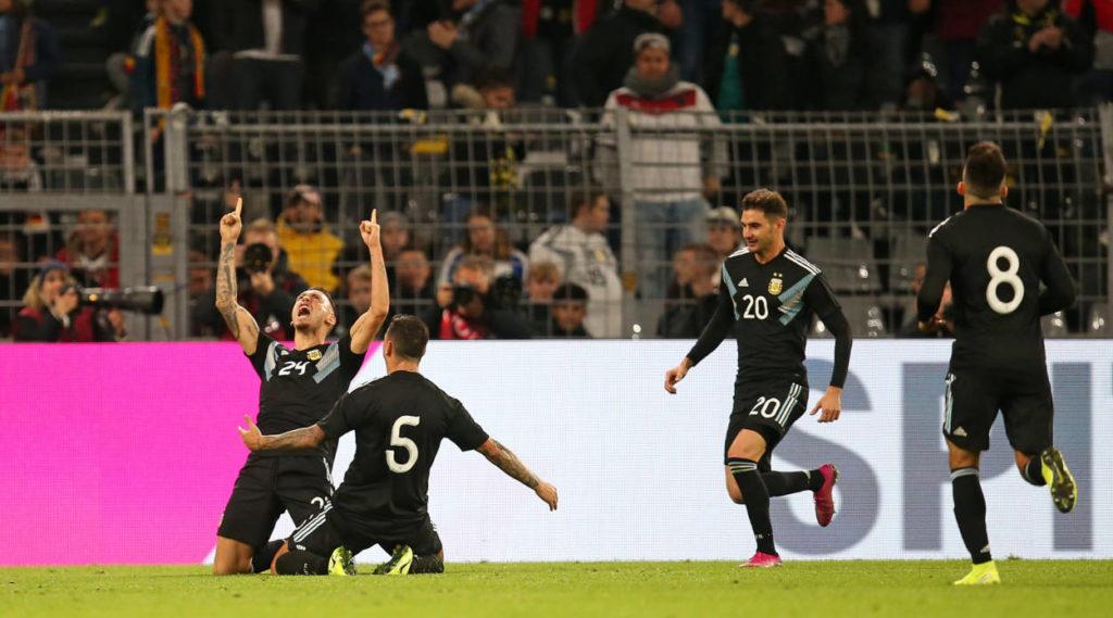 Dortmund oder: Der Jubel der Anderen. Argentiniens Spieler feiern den 2:2-Ausgleich gegen Deutschland.