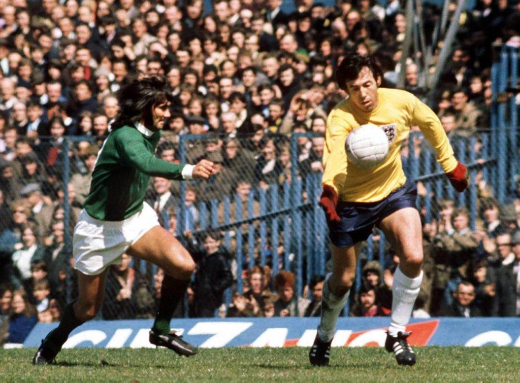 Das legendäre Tor: George Best spitzelt Englands Weltmeister Gordon Banks (r.) den Ball aus der Hand und trifft am 31. Juli 1971 für Nordirland. Der Treffer wird allerdings abgepfiffen.