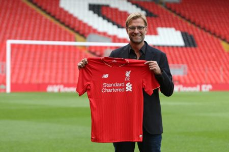 """Da ist er, ,,The Normal One"""" - Jürgen Klopp präsentiert am 9. Oktober 2015 im Stadion von Anfield als neuer Trainer stolz das Trikot des FC Liverpool."""