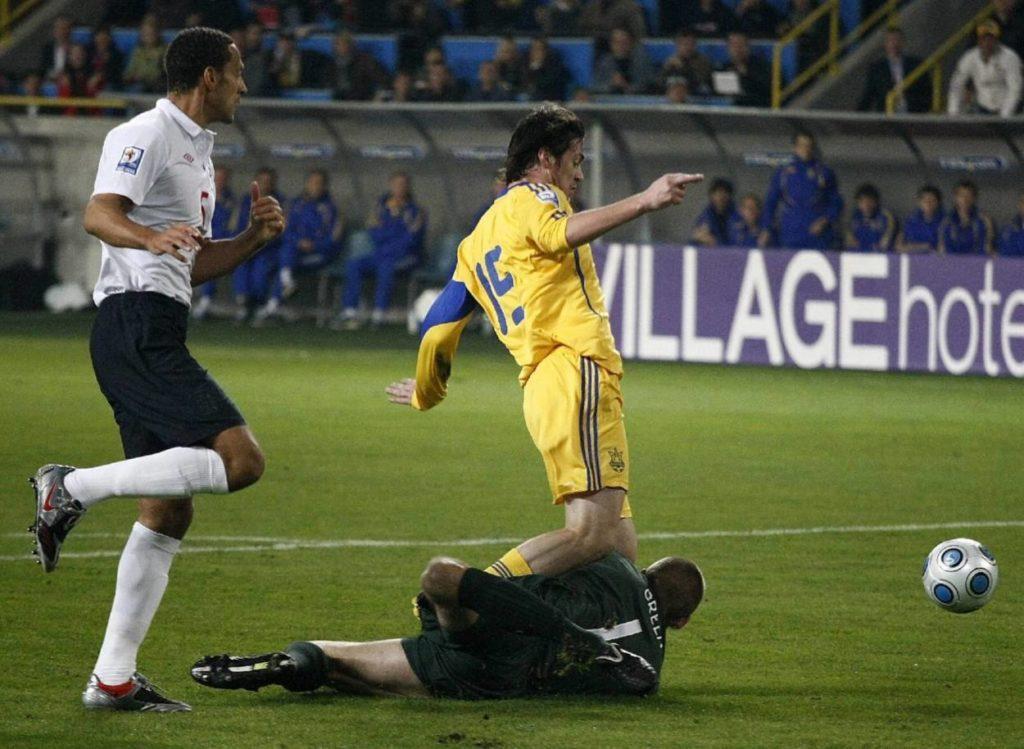 10. Oktober 2009: Englands Pannen-Keeper Robert Green (m., mit Rio Ferdinand, li.) verursacht beim WM-Qualifikationsspiel in der Ukraine (0:1) gegen Artem Milevskiy einen Elfmeter.