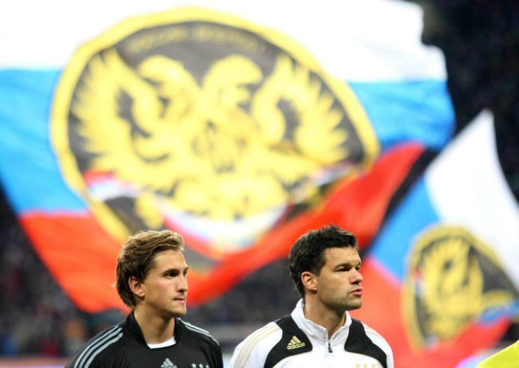 """Moskau, 10. Oktober 2009: Dass René Adler, Held im WM-Qualifikationsspiel in Russland (1:0), und ,,Der Capitano"""", Michael Ballack (r.) nicht bei der Weltmeisterschaft in Südafrika dabei sein würden, ahnt in dieser Feierstunde des deutschen Fußballs noch niemand..."""