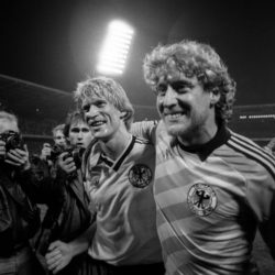 Mit ihm wollte 1984 jeder jubeln: Uwe Rahn, Shooting-Star der deutschen Fußball-Nationalmannschaft, nach dem Spiel in Köln gegen Schweden mit Torhüter Toni Schumacher (r.).