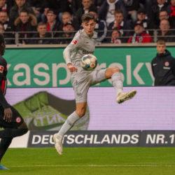 Kai Havertz (m., gegen Danny da Costa) verpasste mit Bayer Leverkusen bei Eintracht Frankfurt (0:3) die Bundesliga-Tabellenführung.