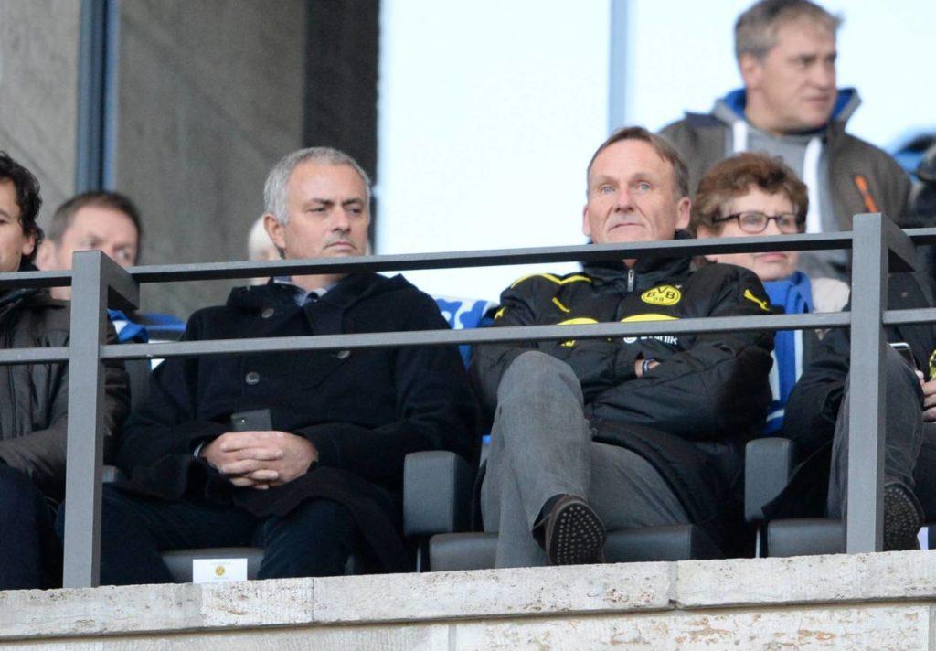 José Mourinho (l.) und Hans-Joachim Watzke gelten als Freunde, schauen sich hier im Februar 2016 das Spiel Hertha BSC gegen Borussia Dortmund (0:0) in Berlin an. Damals sitzt noch Thomas Tuchel auf der BVB-Trainerbank...