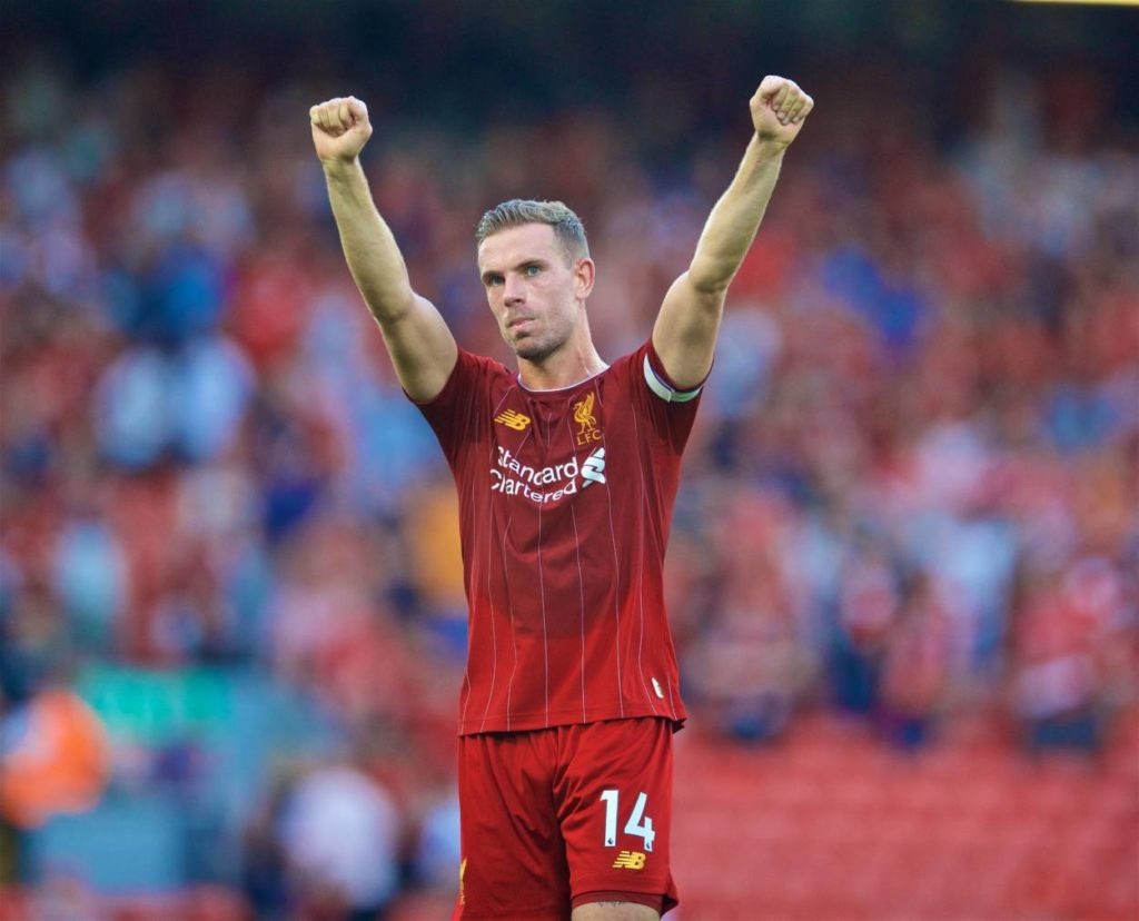 """Liverpools Kapitän Jordan Henderson in Siegerpose. Die ,,Reds"""" bleiben mit 6 Punkten vor Manchester City Tabellenführer der Premier League."""