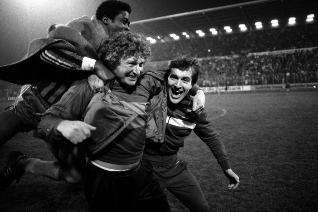 Saarbrückens größter Pokal-Coup: Viertelfinal-Erfolg gegen den VfB Stuttgart 1985, hier der Schlussjubel des 1. FC Saarbrücken mit Trainer Uwe Klimaschefski (m.) und Jean Santos Muntubila.