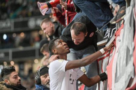 Der FC Bayern im Erklärungsnotstand: David Alaba nach dem 1:5 bei Eintracht Frankfurt bei den Fans.