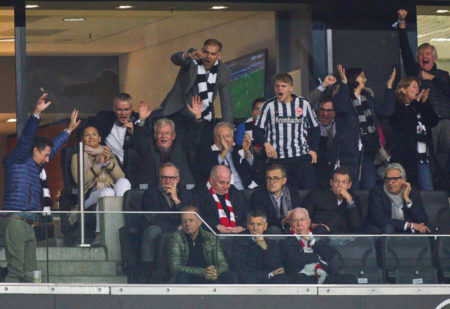 Die Bayern-Bosse inmitten der jubelnden Frankfurter Ehrengäste: Uli Hoeneß in seinem letzten Auswärtsspiel als Präsident des deutschen Rekordmeisters..