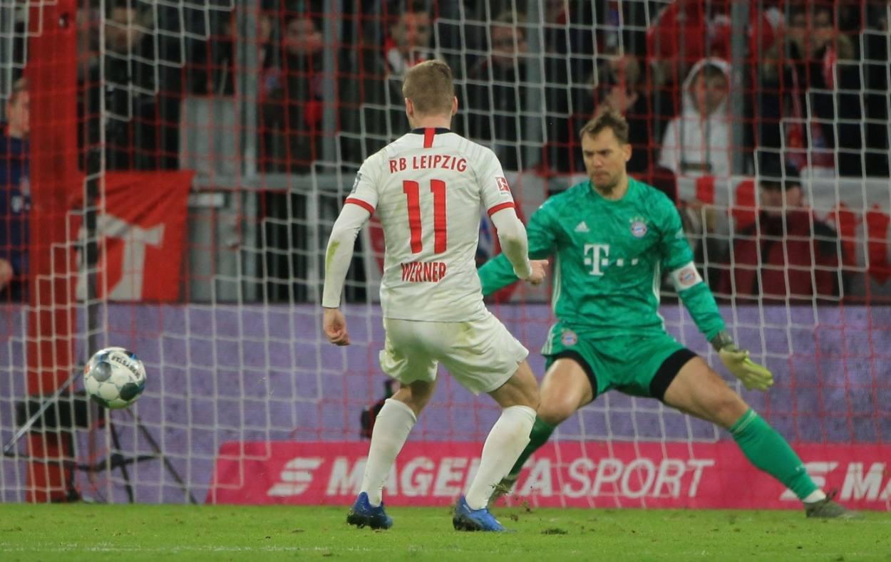 Manuel Neuer (r.), unumstrittener Führungsspieler beim FC Bayern, guckt hier im Spitzenspiel gegen RB Leipzig eine Top-Chance von Timo Werner ins Aus.