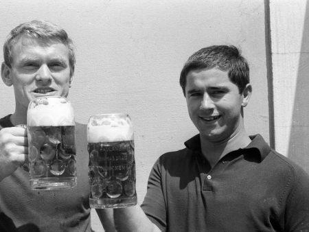 Sepp Maier und Gerd Müller trinken Bier.