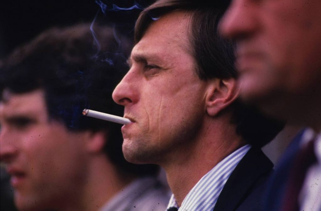 Johan Cruyff, hier 1986 als Trainer von Ajax Amsterdam, kam vom Rauchen nicht los.