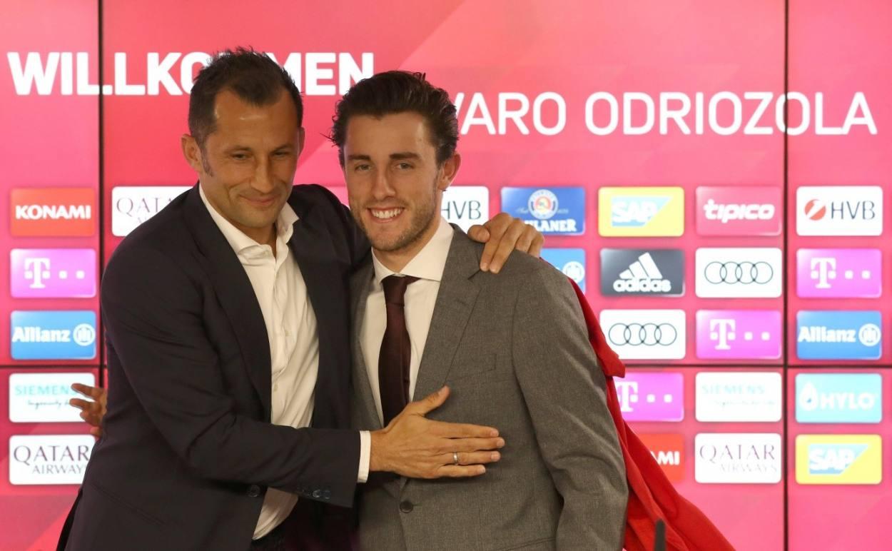 """Eine wirkliche Freundschaft ergab sich zwischen Alvaro Odriozola (r., mit """"Brazzo"""" Salihamidzic) und dem FC Bayern nicht…"""