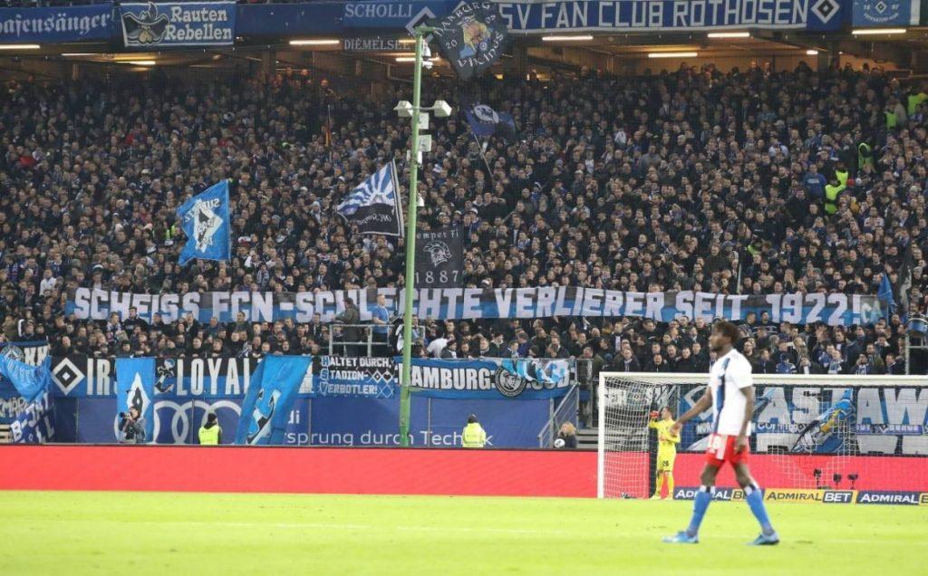 Dieses Plakat in der Hamburger Fankurve im Volksparkstadion zeigt: Fußballfans können verdammt nachtragend sein…