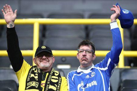 Ein Dortmund und ein Schalke Fan friedlich auf der Tribüne.