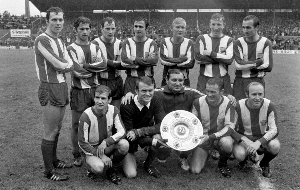 Branko Zebec (vorn, zwischen Sepp Maier und Werner Olk, hinter der Meisterschale) führte den FC Bayern 1969 zur ersten Deutschen Meisterschaft der Bundesliga-Ära.