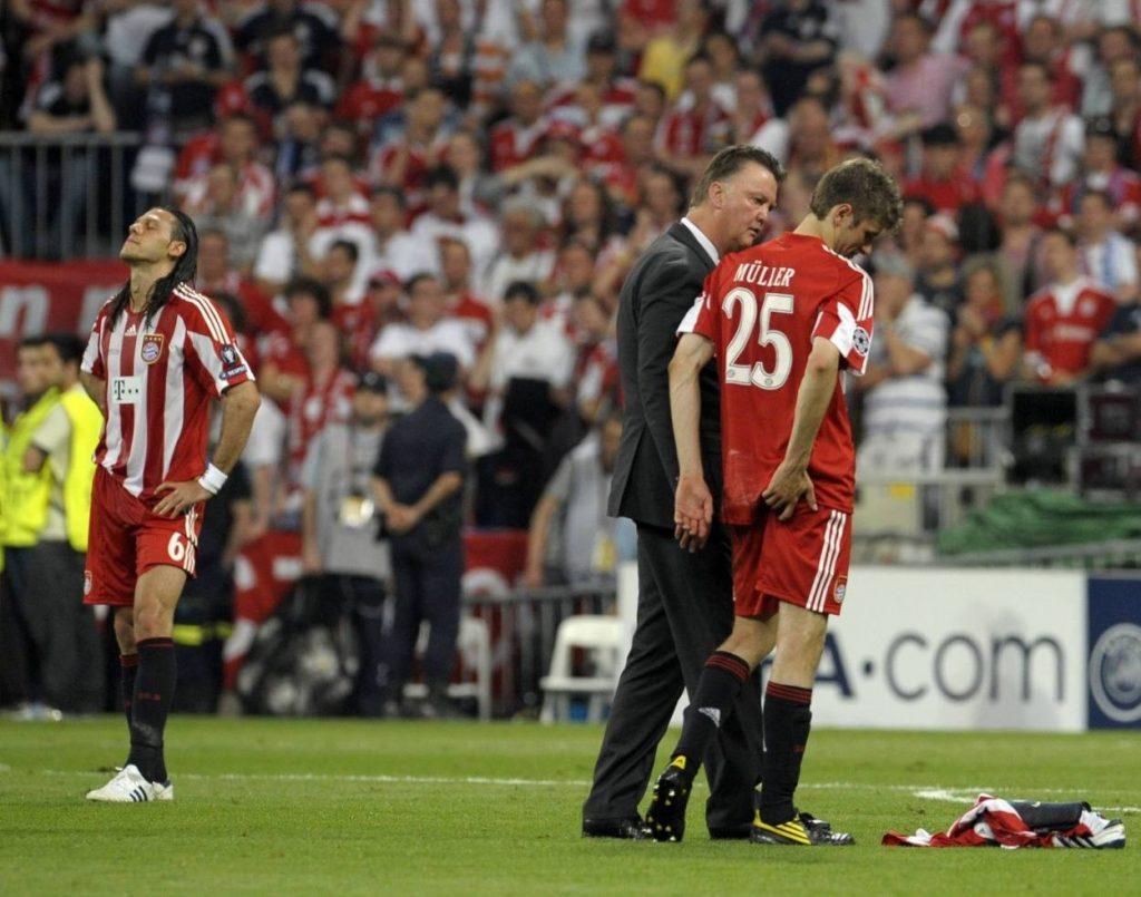 Martin Demichelis, Louis van Gaal (m.) und Thomas Müller nach dem verlorenen Champions-League-Finale 2010 gegen Inter Mailand.