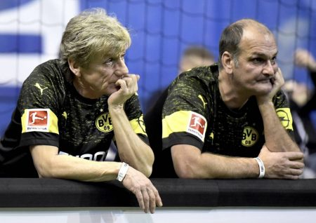 Ja, es stimmt. Der Mann rechts im Bild ist Günter Breitzke, hier am Rande der Bande bei einem Spiel der BVB-Traditionsmannschaft 2019 fotografiert mit Weltmeister und Stürmerlegende Frank Mill.